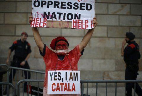 Tensión. Un independentista catalán procura concientizar al mundo sobre el conflicto con una pancarta en inglés.