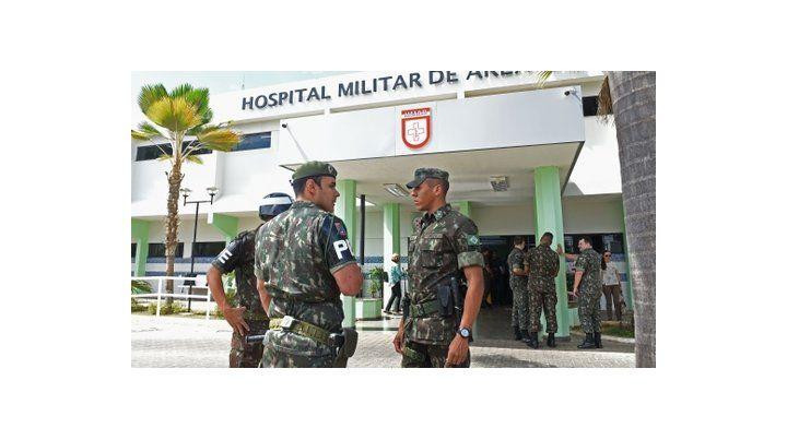 Control médico. Militares vigilan el centro asistencial donde Temer fue llevado por un problema urológico.