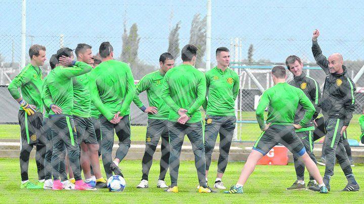 Unidos. Montero charla con sus jugadores. Todos saben que tienen que dar más en la Superliga.