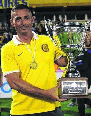 Con la Copa. Rogolino alza el trofeo