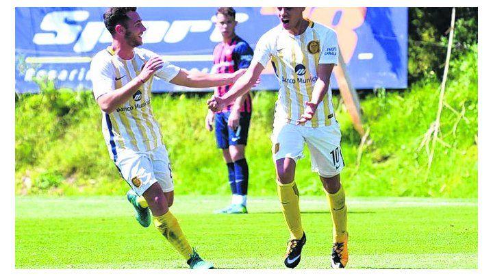 Festejo. El pibe Rivas da rienda suelta a su alegría tras el gol que convirtió.