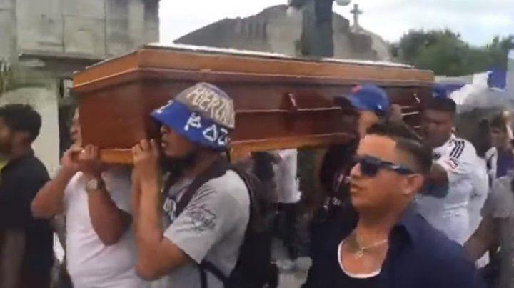El video de la descontrolada y eufórica despedida a un barrabrava en el cementerio