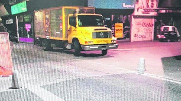 infractor con custodia. Un camión descarga materiales sobre la peatonal