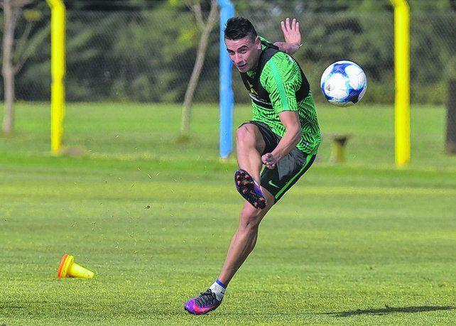 Con rosca. Martínez ensaya remates en el entrenamiento. El volante varias veces tuvo que cubrir huecos en la defensa.