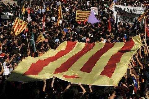 No bajan los brazos. Miles de catalanes prometen seguir presionando por la autonomía plena regional.