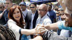 Cristina Fernández, ayer luego de presentarse ante el juez Bonadío saludó a sus seguidores.