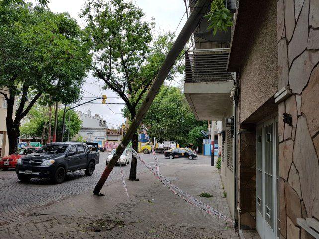 Tres de Febrero al 3100. Una columna de la EPE fue derribada por el viento.