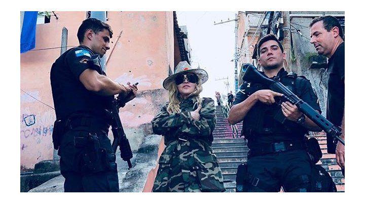 Madonna se sacó una foto en una favela de Río y explotó la polémica.
