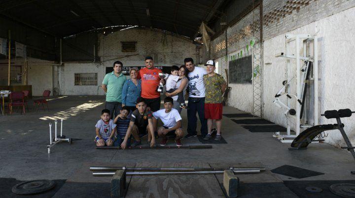Los niños y sus profesores en el club El Porvenir