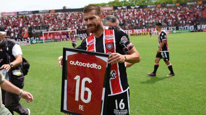 El Colo Ré recibió una camiseta en reconocimiento a su paso por Newells.