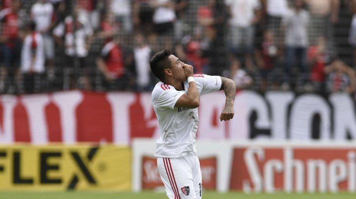 Brian Sarmiento ofrenda su gol a la hinchada.