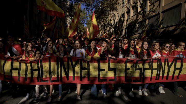 Una multitud antiseparatista inundó el elegante paseo de Gracia de la capital catalana.