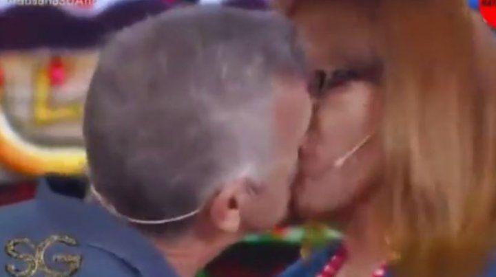 Dady Brieva le comió la boca a Lizy Tagliani en pleno sketch de la verdulería