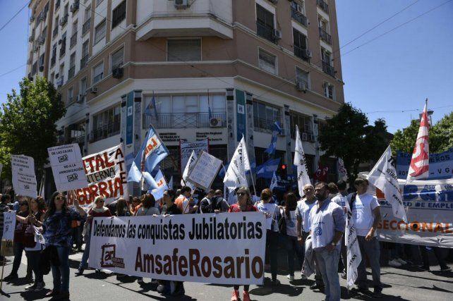 Trabajadores de Unilever se manifestaron frente a la sede del Ministerio de Trabajo provincial.