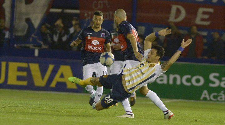 Trabado. Central comenzó mejor pero Tigre se puso en ventaja con un golazo de Menossi.