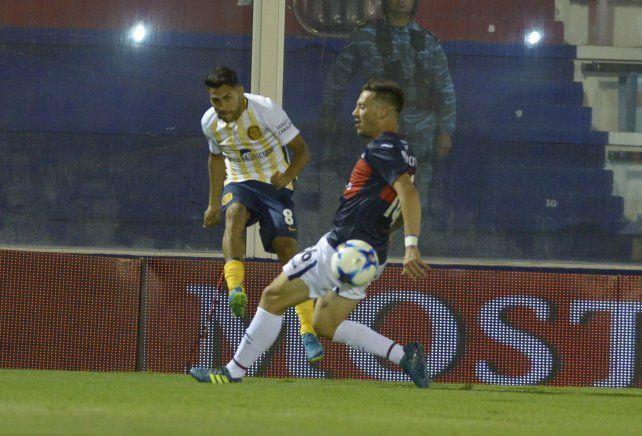 Carrizo saca el centro ante la marca de un rival.