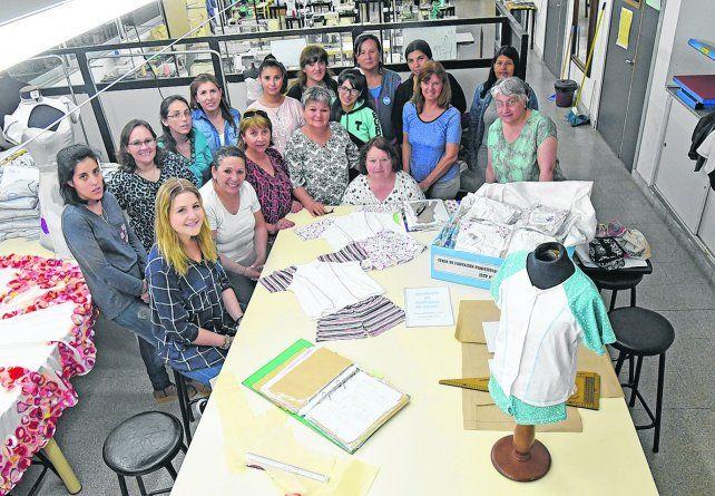 modistas solidarias. El grupo de mujeres que se unió a la iniciativa de  Graciela Gamboa y los pijamas que ayer donaron al Hospital Vilela.