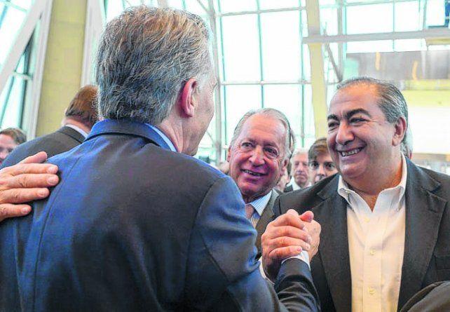 encuentro. El dirigente de la CGT Héctor Daer saluda a Macri.