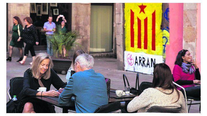 debate. Los emblemáticos bares de Barcelona canalizan las discusiones.