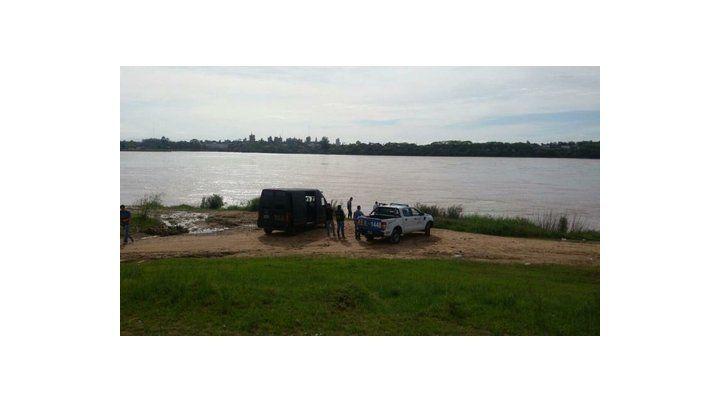 patrullero. El sospechoso se podría haber lanzado al río.