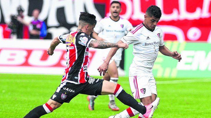 Dominio. El volante se la lleva frente a Menéndez durante el partidodel domingo ante Chacarita.