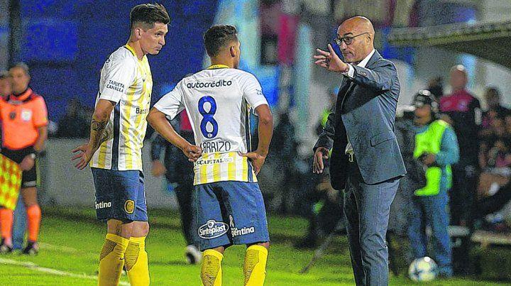 Da indicaciones. Parot y Carrizo escuchan a Paolo Montero en un alto del partido. El técnico uruguayo quedó conforme.