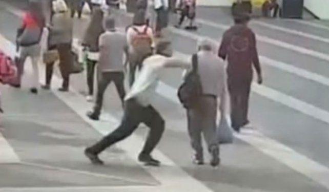 El joven agredió a un anciano de 69 años sin ningún motivo.