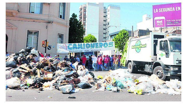 Escenario. El tenso episodio ocurrió durante una desmedida protesta de recolectores de residuos.