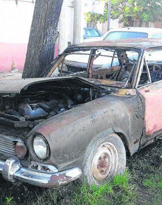 Uno más. El Renault quemado.