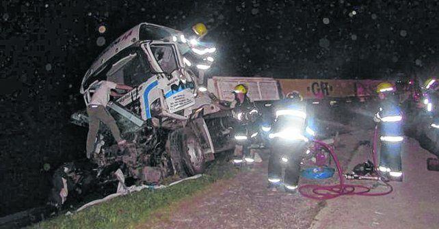 El rescate. Los bomberos voluntarios de Correa trabajan en el vehículo siniestrado en la autopista.