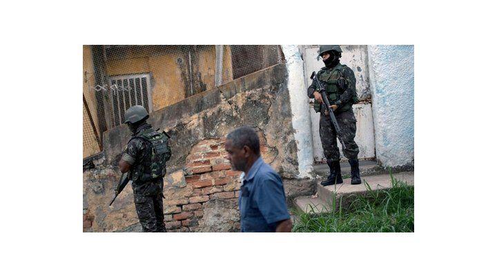 en la mira. La Policía Militar custodia la populosa Favela San Carlos.