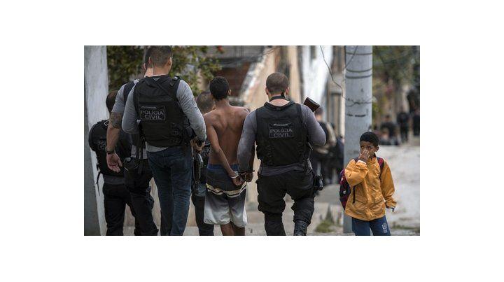río de janeiro. Un niño es detenido por la policía en una favela de una de las ciudades de mayor injusticia.