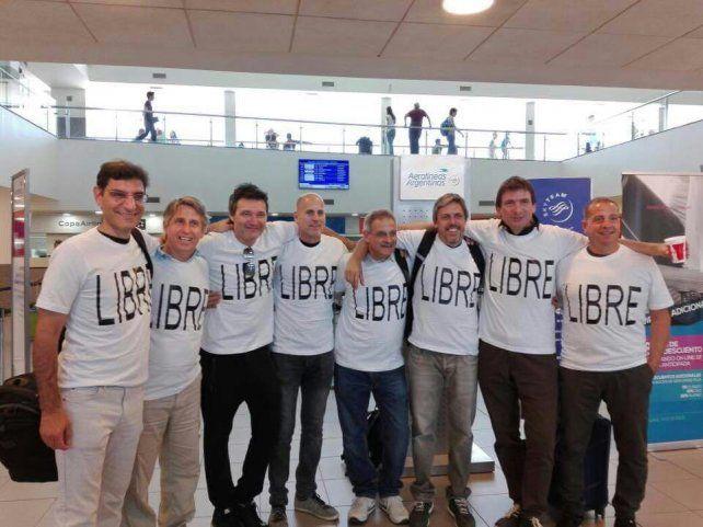 en fisherton. Los ocho integrantes de la promoción 87 del Poli posaron para la foto antes de viajar para encontrarse con el noveno miembro del grupo.