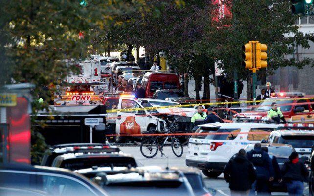La calle de Nueva York atestada de policías y servicios de emergencias.