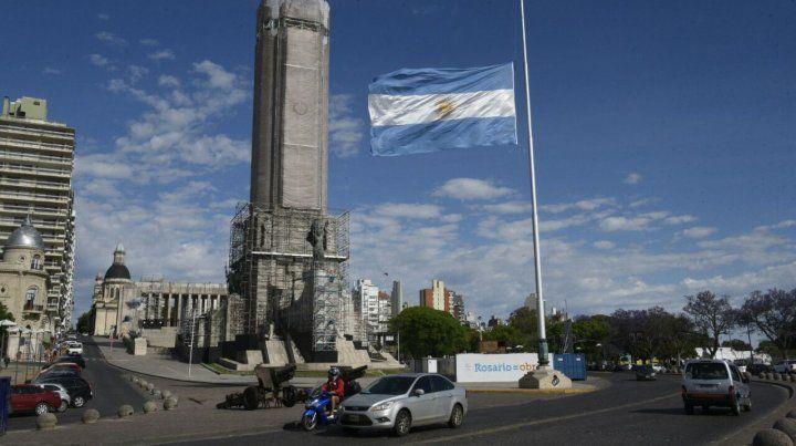 El mástil del Monumento con la bandera a media asta. Tres días de duelo.