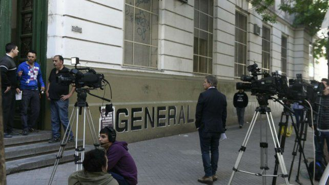 Guardia periodística frente al Politécnico.