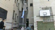 Bandera a media asta en el patio del Politécnico en señal de duelo.