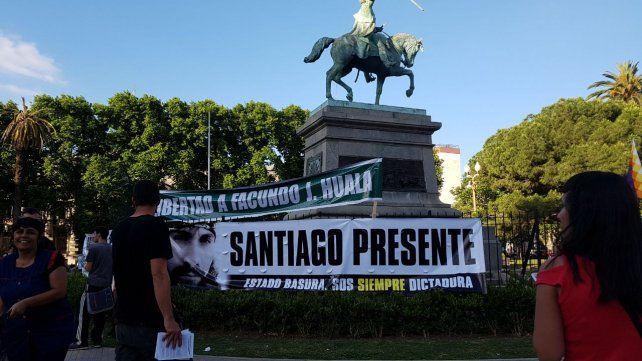 Santiago presente. Una de las banderas en la Plaza San Martín en el marco de la marcha.