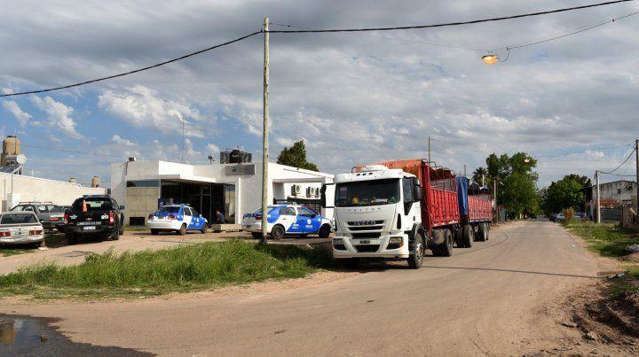Bajo custodia. El camión que intentaron asaltar el martes a la tarde.