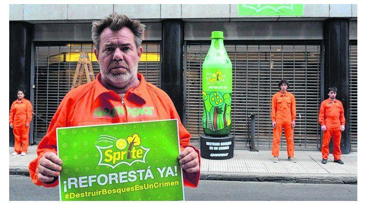 Protesta. Sprite reforestá ya