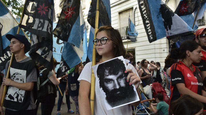 Embanderados. La consigna de la marcha fue Verdad y justicia por Santiago. El gobierno es responsable.