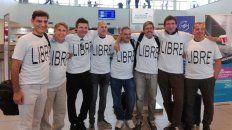 Los amigos, en el aeropuerto de Rosario, antes del vuelo a Estados Unidos.