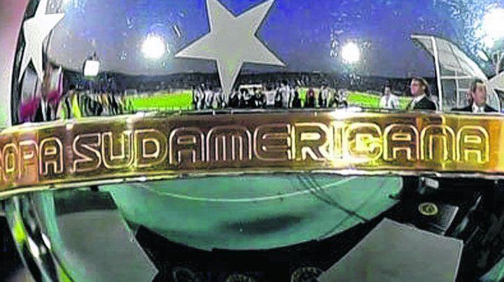 El trofeo. Newells logró el pasaporte a la Sudamericana por la gran campaña del equipo de Diego Osella.