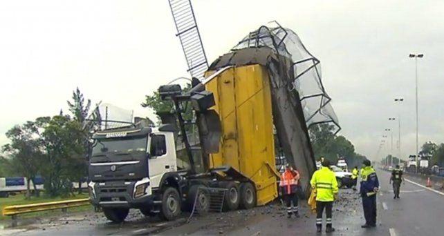 Un camión derribó un puente peatonal de la autopista y provocó un impresionante caos