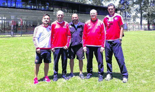 Captadores leprosos. Ariel Michaloutsos (en el centro) junto a sus colaboradores en la tarea de buscar jugadores.
