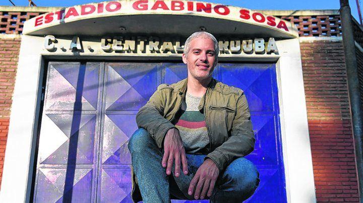 El autor. Julio Rodríguez en la puerta del estadio Gabino Sosa