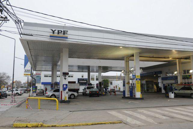 Las estaciones de servicios YPF bajaron los precios.