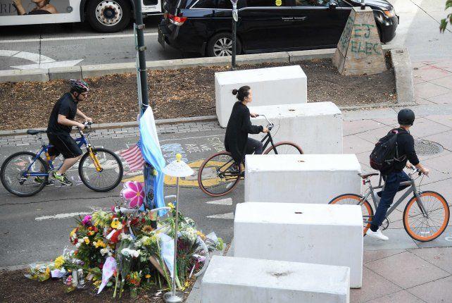 Los homenajes se multiplican en la bicisenda donde se produjo en atentado.