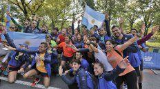 En un sector de la pista. Los maratonistas argentinos posaron con banderas ayer en el Central Park.