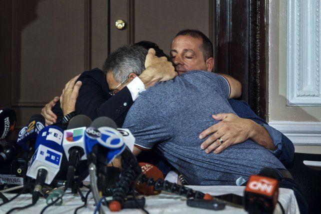 Tres sobrevivientes rosarinos de la tragedia se abrazan ayer en el Consulado en Nueva York luego de leer un emotivo mensaje.